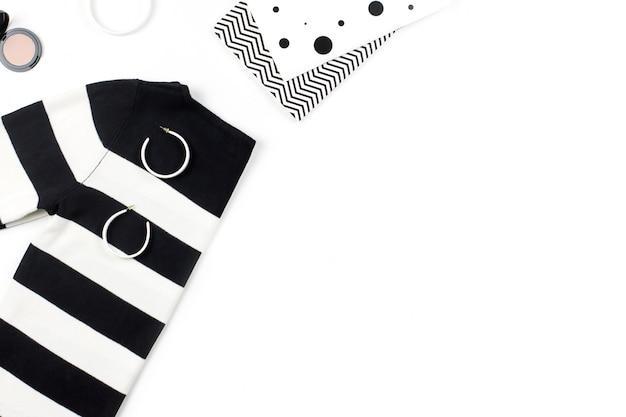 Повседневная одежда и модные аксессуары плоской планировки. модные узоры и принты концепции. вид сверху