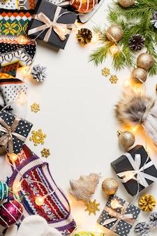 クリスマスセーター、帽子、プレゼント、ライトとクリスマス気分構成。冬のコンセプトフラット横たわっていた、トップビュー
