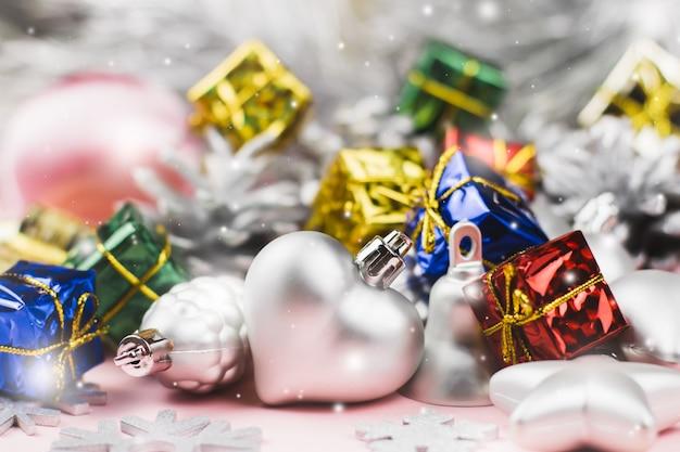 カラフルなクリスマス飾りをクローズアップ