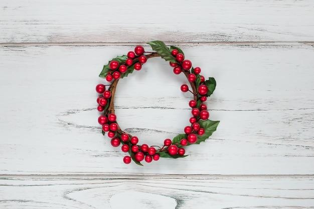 赤い果実で飾られたクリスマスリース