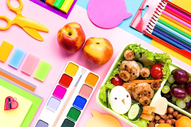 学用品、カラフルな文房具、バックパック、お弁当、子供向けの面白い食べ物