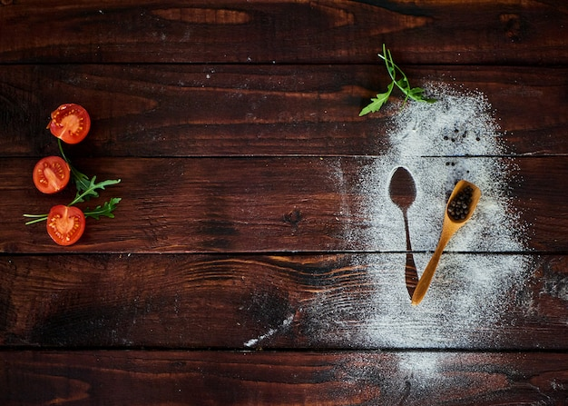 茶色のキッチンテーブルの上の野菜