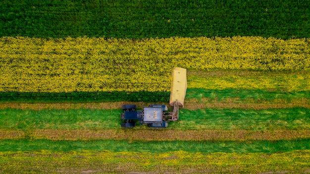 ドローンで菜種トラクターの航空写真を刈る