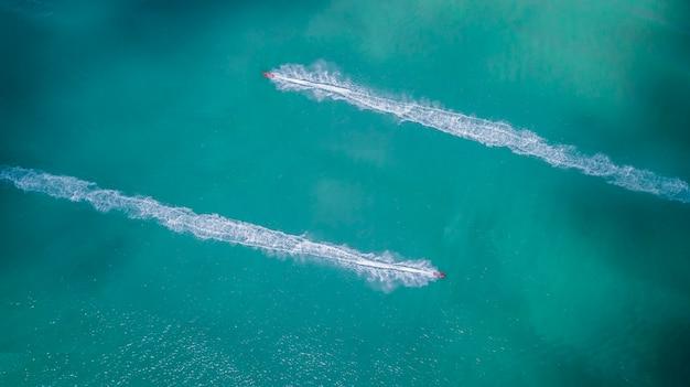 海のジェットスキーの空撮