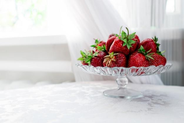 Натюрморт из свежей клубники на столе