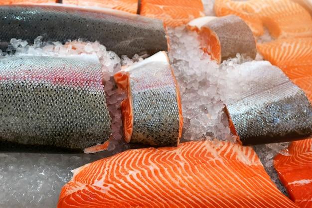 Ломтики лосося лежат на льду в холодильнике магазина