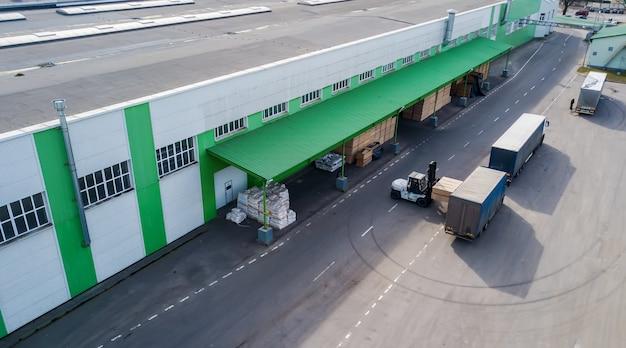 Загрузка продукции на заводе в грузовик