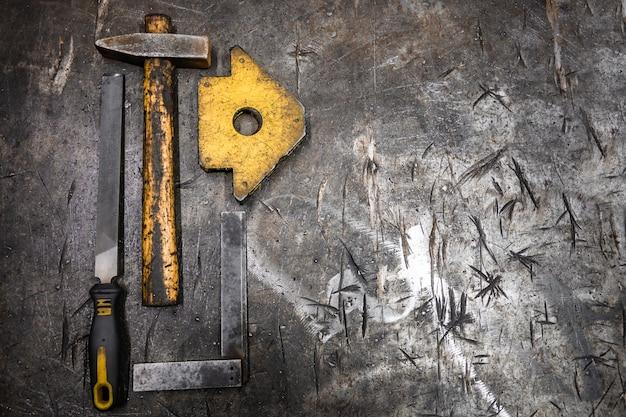 テーブル上の金属を処理するためのツール