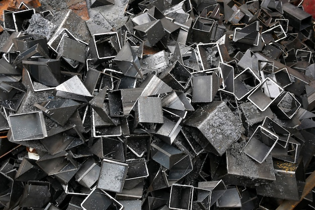 Фон из кучи вырезанных металлических кусочков