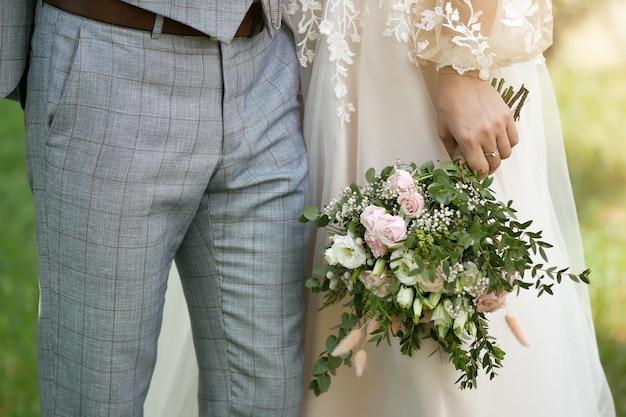 Свадебный фон, жених и невеста в стильной одежде
