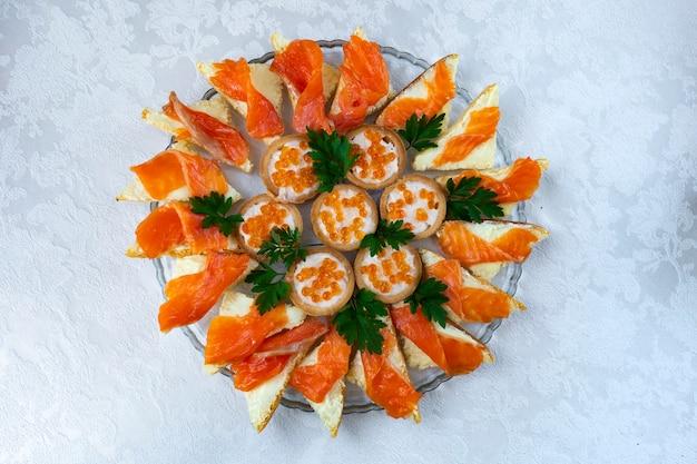 赤い魚とキャビアプレートのクローズアップのサンドイッチ