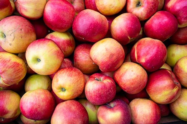 自然の有機赤いリンゴの背景をクローズアップ