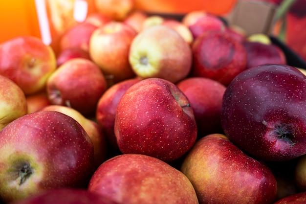 市場で新鮮なリンゴ