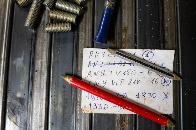 Лист бумаги с заметками на столе слесаря