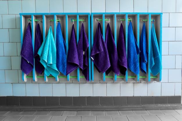Много полотенец в общей ванной комнате в детском саду