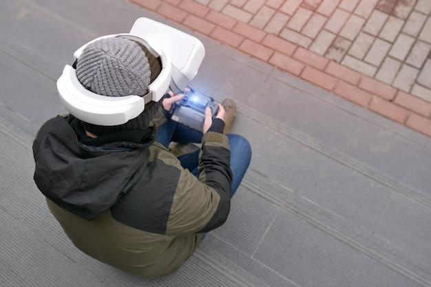 仮想現実ヘルメットに立つ男