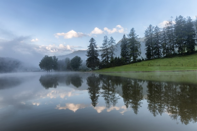 Летний рассвет на озере мутен, цветные облака и отражения, фрайцайтзее ценц, австрия, европа