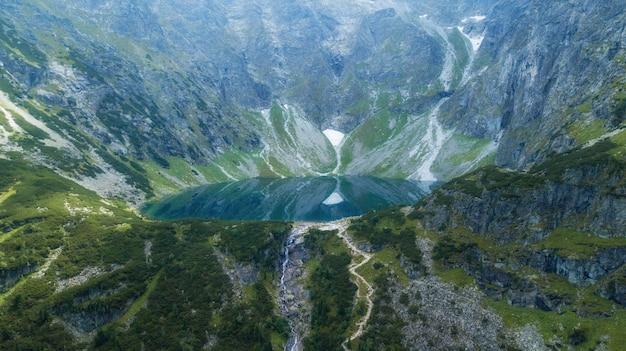 タトラ山脈の湖の空撮。