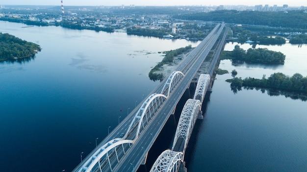 長い川に架かる近代的な橋