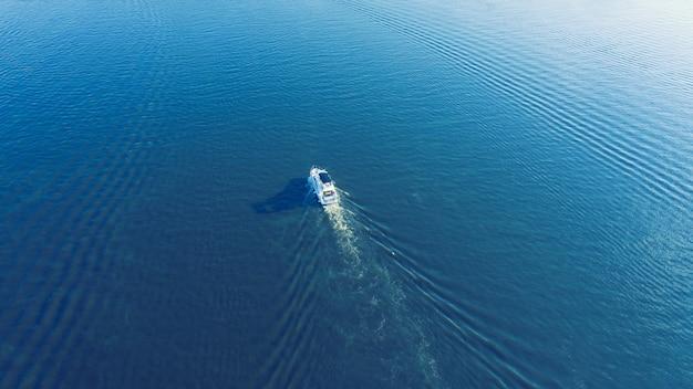 開かれた海でセーリングヨット。帆船。ドローンからのヨット。ヨットのビデオ。上からヨット。ドローンからのヨット。セーリングビデオ。風の強い日でのヨット。ヨット。ヨット。