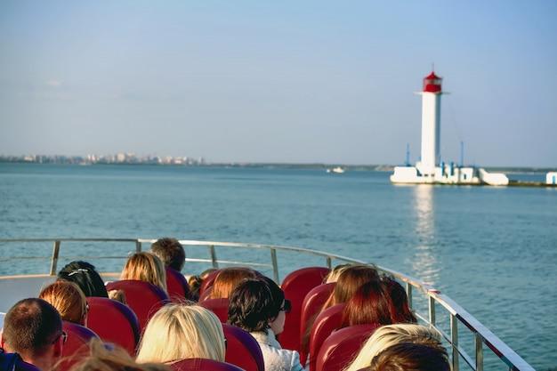 観光客は遊覧船で泳ぐ