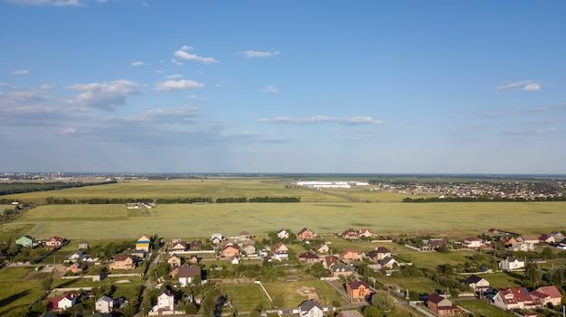 Вид с воздуха на частный коттедж