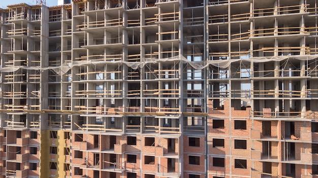 建設用クレーンが付いている建物の空撮