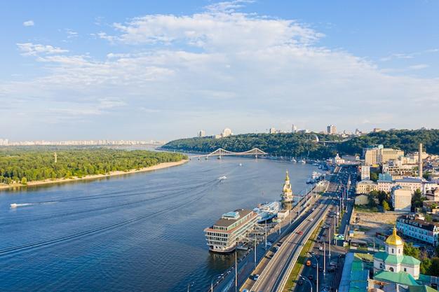 ドニエプル川、キエフの丘、キエフの街、ウクライナの歩道橋の近くの空撮