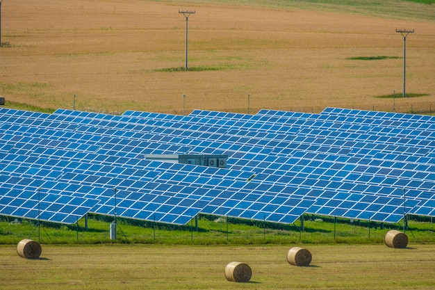 Вид с воздуха на солнечной электростанции. тема промышленных возобновляемых ресурсов.