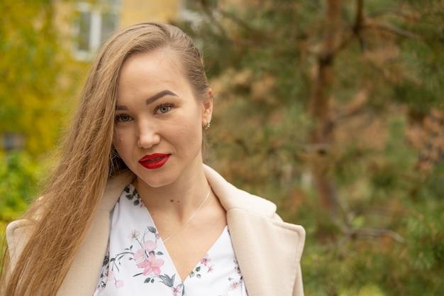 Фото улицы молодой красивой женщины нося стильные классические одежды. модель смотрит вниз. концепция женской моды.