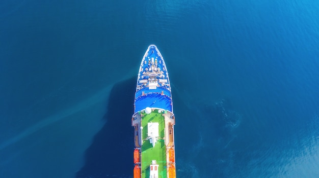 Нос круизного корабля с высоты птичьего полета