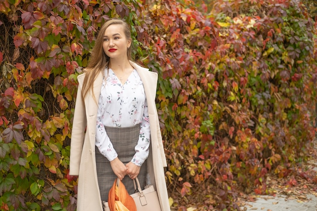Портрет молодой модницы на улице осенью