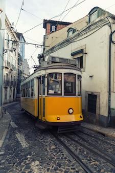ポルトガル、リスボンの街でヴィンテージの黄色いトラム