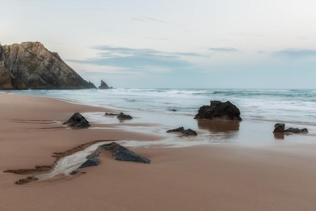 ポルトガルの海岸、カボダロカ岬。大西洋のほとりにある奇妙な岩の絵のように美しい。
