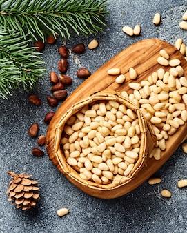 Очищенные кедровые орехи на сером столе
