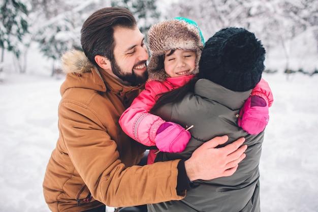 親子関係、ファッション、シーズン、人々のコンセプト-冬服屋外で子供と幸せな家庭