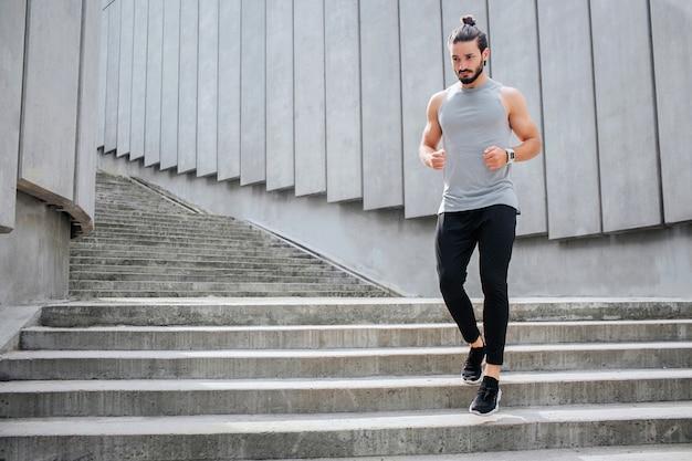 Молодой человек бегает по лестнице