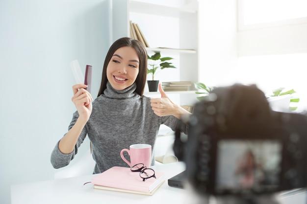 美容ブロガーは、彼女のヘアブラシがきれいで、良好な状態であることを示しています