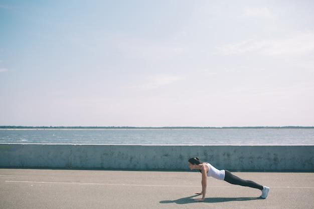 フィットネス、スポーツ、運動、健康的なライフスタイルコンセプト-ウォマ。