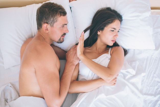 一緒にベッドに横たわっているカップル