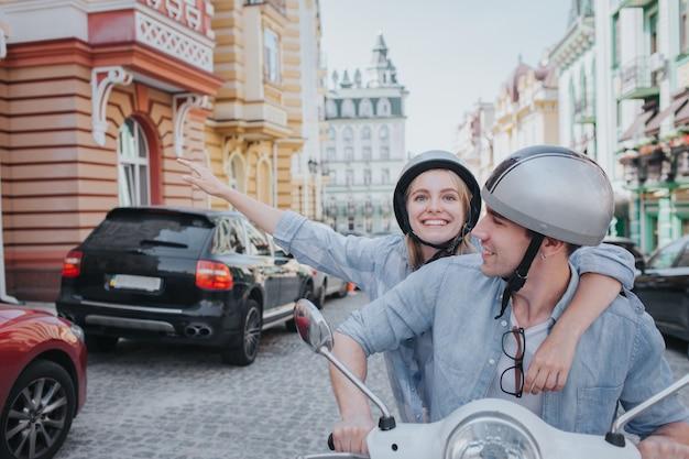 Счастливая женщина едет на велосипеде со своим парнем