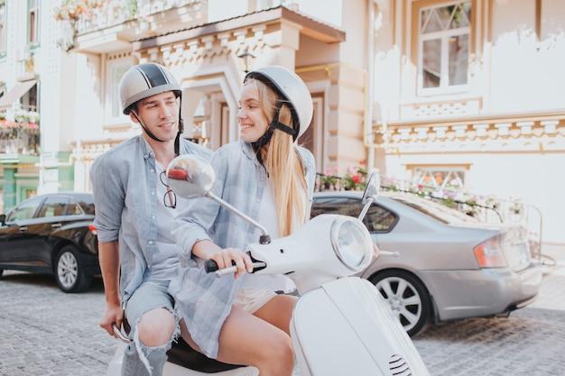 市内のバイクに乗って豪華なカップル