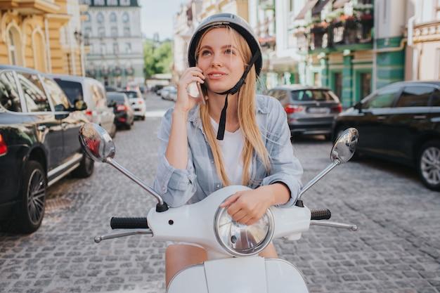 Великолепная блондинка в шлеме позирует