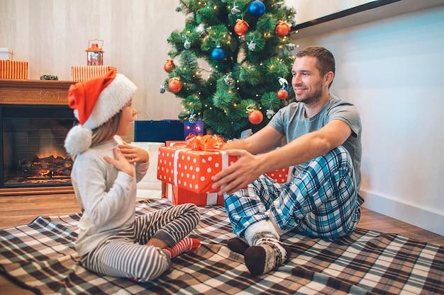 娘に贈り物をする父親の素敵な写真。