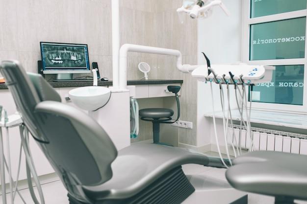 歯科医院、歯科衛生士、歯科医の椅子。