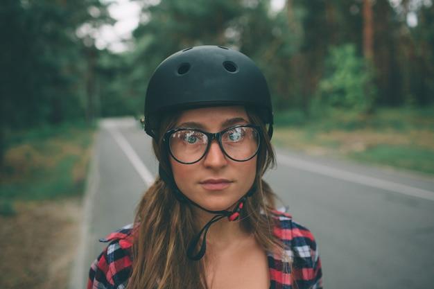 女性は極端なスポーツヘルメットです。市内の夏のアクティブな休暇。エクストリームスポーツ