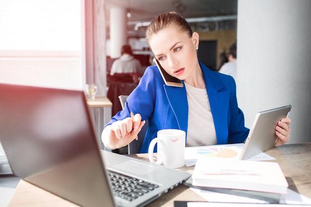 オフィスで働く深刻な女性