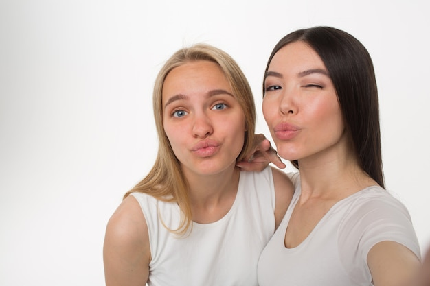 ポジティブな若い女性がキスを送る