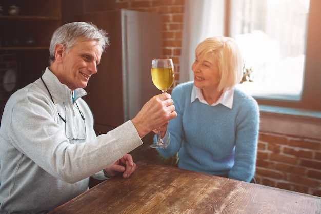 妻とテーブルに座っている老人の興味深い写真