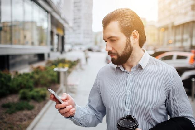 忙しい人は急いでいます、彼には時間がありません、彼は外出先で電話で話すつもりです。複数のタスクを行うビジネスマン。マルチタスク事業者。